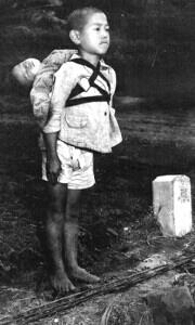 戦争、長崎原爆「焼き場に立つ少年」というこの写真は、報道写真家のジョー・オダネルが長崎の爆心地で‥