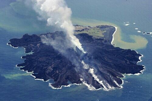 """小笠原・西之島""""噴火活動続く!""""関東・東南海地震に関連ないとは言えない!島は当面広がり続けるだろう - みんなが知るべき情報/今日の物語"""