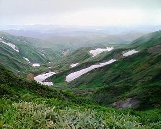 雪の残る山肌