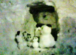 かまくらに雪だるまの家族