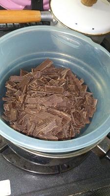 刻み終わったチョコを湯煎します。直接火にかけた人はどうぞwww