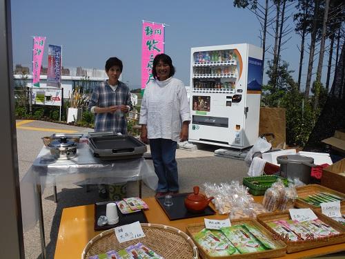 4/26 (土) 飛翔軒前にて 新茶・フランクフルト販売中!