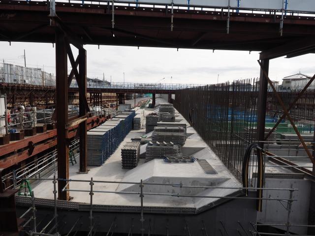 左側の鉄筋は一般部中央分離帯側の側壁に。