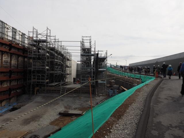左側の構造物は高谷方面への流入ランプとなります。