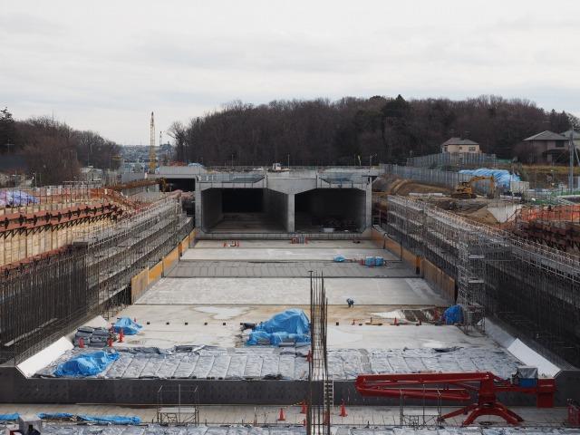 環境保護のため一般部と専用部の両方がトンネル構造となる小塚山トンネル。躯体を数ブロックに分けて作り、ジャッキで押し出して地中でつなげました。