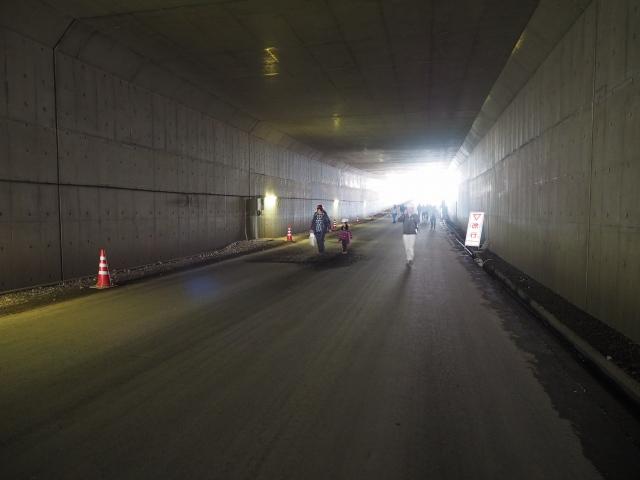背中側。京葉道路の貝塚トンネルみたく渋滞の原因にならなければいいのですが。