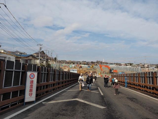 一般道と交差する工事用道路を歩いて移動。