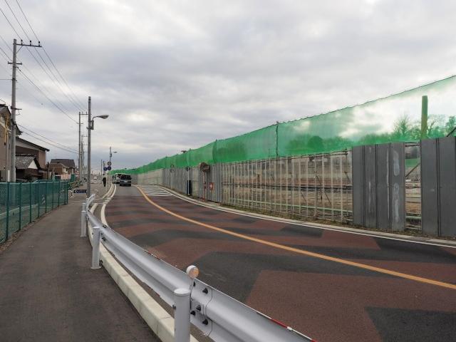 京成線に向かって歩きます。市道と交差して外環が右側になります。