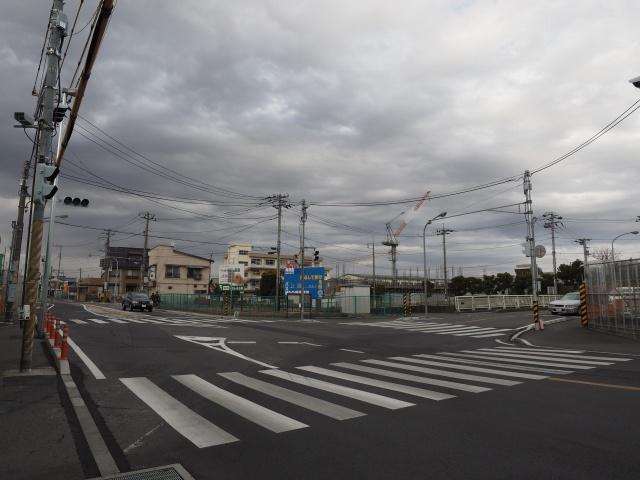 手前と右側右折方面が県道264号高塚新田市川線となります。外環道は左側に。