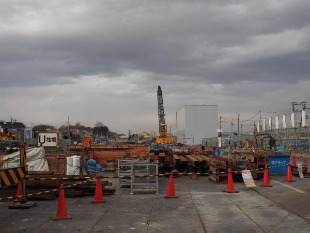 背中側の松戸市側。右側の白い建屋は下水工事の場所です。