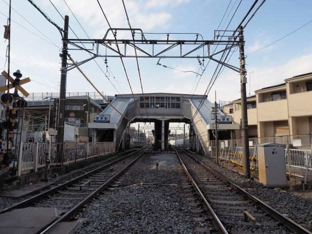 京成菅野駅。この下を専用部と一般部が通ります。一体化してトンネルにすると静かなんでしょうが、換気塔でケチをつける輩もいるんで、半地下構造です。