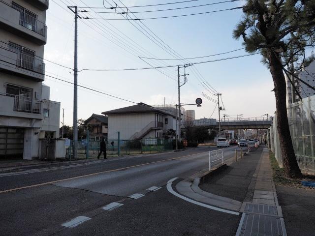 背中側の東京方面。外環と交差します。