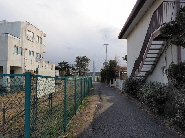 両脇が未買収の用地。正面が総武線の高架部となります。
