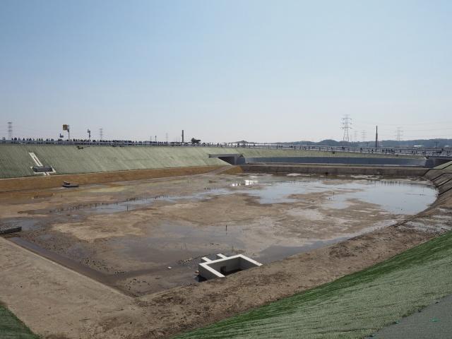 貯水池と茨城県方面への本線。