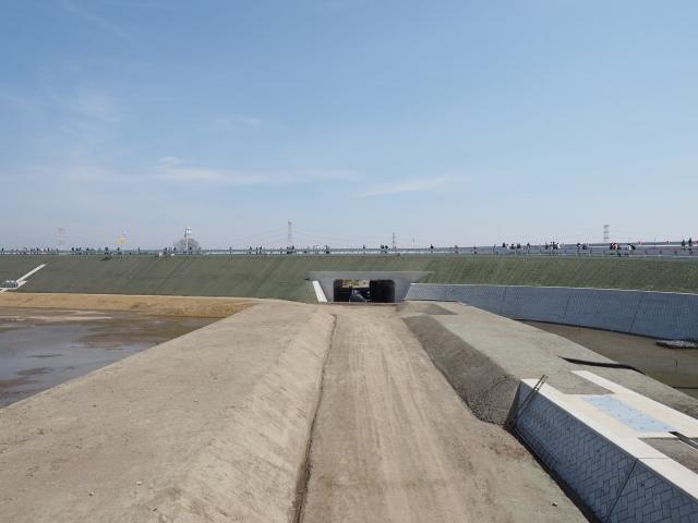 インター内の一般道路。現在は工事用道路として使用中。