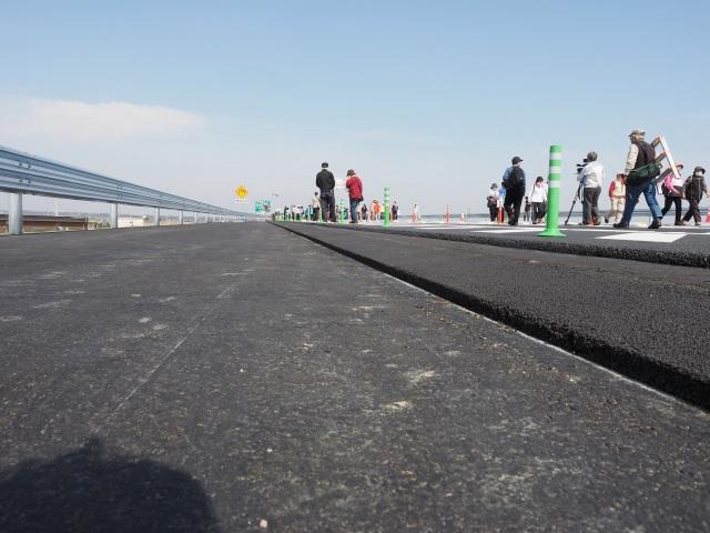 舗装も路盤部分のみ。材質的には表層・基層・路盤がアスファルト、路床は砕石となります。
