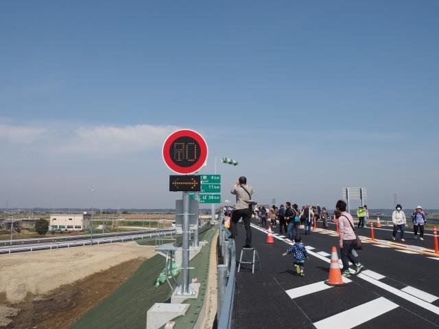 制限速度は70キロになります。吹き流しを見ると風速8メートル前後でしょうか。真横になったら要注意。