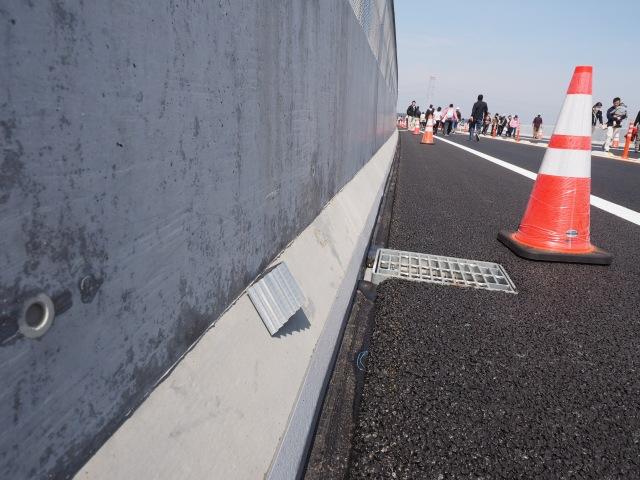 デリニエータ。路肩の反射板です。