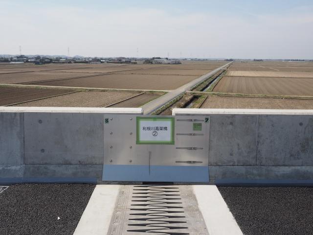ジョイント部分。千葉県側は凹凸タイプでしたが、こちらはwの櫛形。渡河部と一般高架部の助長性が違ったりするもんなんですかね。