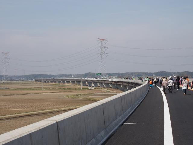 自宅付近も高架構造で本年度末開通予定。ここと同じように歩けるのかな?