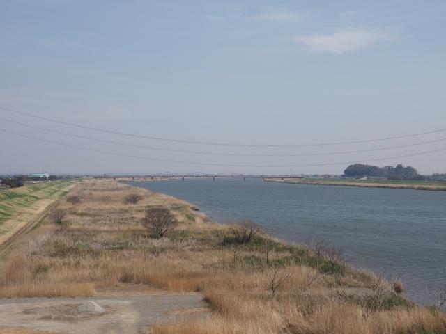 利根川。下流には神崎大橋が見えます。