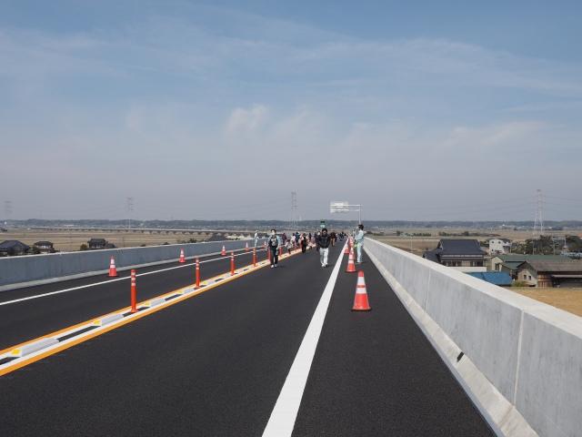 背中側。稲敷東までの長い高架橋が見えます。