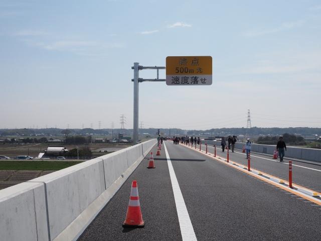 終点・500メートル先・速度落とせ。表示していても速度超過でガードレールに突っ込むアホがいます。