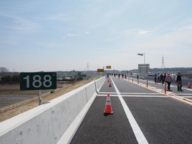 左側は高架橋構造、道幅分だけで道路用地は充分だから、4車線化時は大丈夫かな?