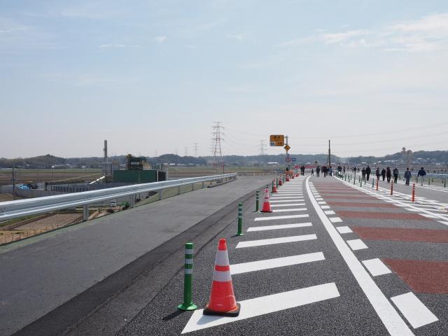左側が将来の神崎インターへの流出ランプ。本線が少しカーブしているので、大栄方面開通時にはいじるかも。