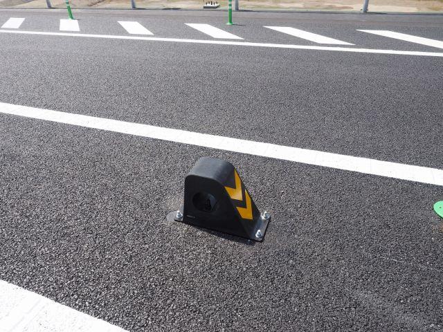 センターライン上にあるガードレールに突き刺さるのを防止するゴム製クッション。