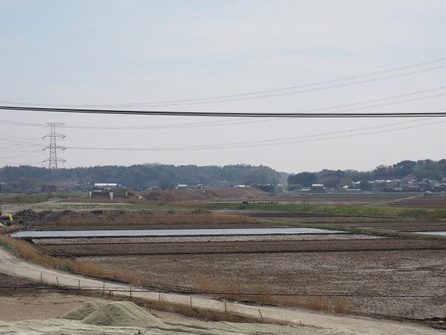 成田線との交差部を拡大。むこう側の盛土は随分前から行われています。