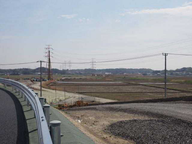 脇は作業用道路なのか、それともランプ用の盛土になるのか。
