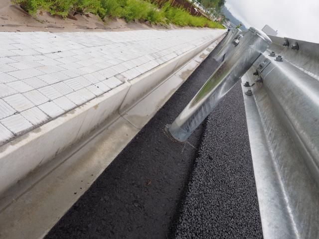 排水性舗装の表層との境目。