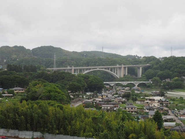 小倉橋と新小倉橋が見えます。遮音壁設置のため開通後は見えないかと。