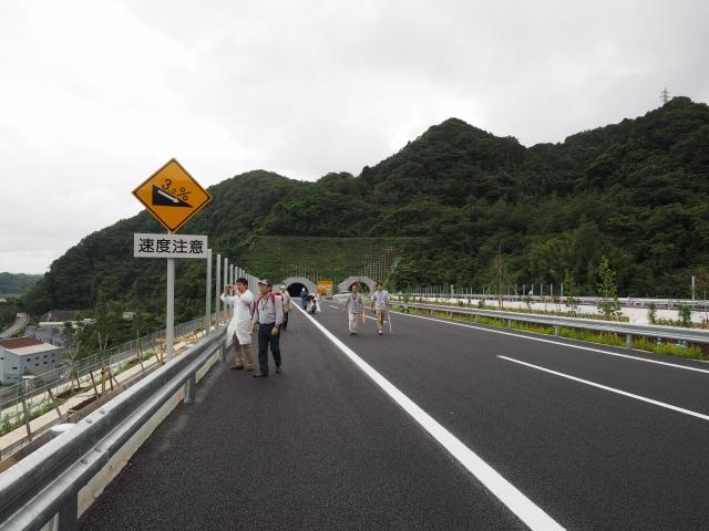東名方面へは下り坂になるので速度に注意。