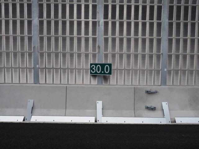 西久保JCTまで30キロの表示。並んでいる板はよくわからない。