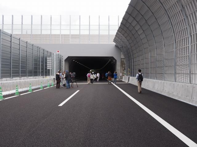 城山トンネルに入ります。ここは都市型シールド工法のトンネルです。