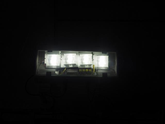 LED照明。進行方向側を照らすため前後にも角度が付いています。