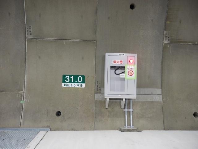 キロポスト板にはトンネル名も入っています。