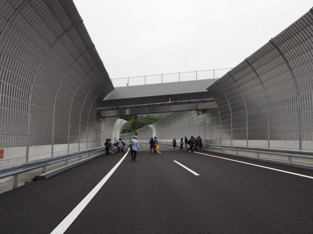 上にかかる跨道橋の工事風景。