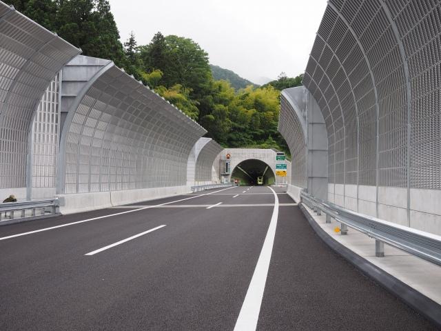 トンネル内にバスが見えます。これでウォーキング終わりかな?