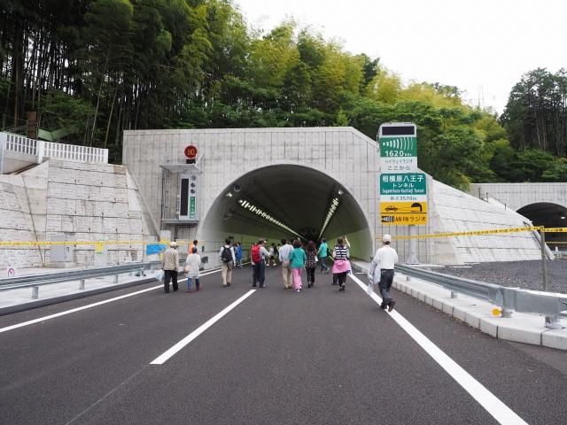 トンネル内に入っていきます。相模原八王子トンネル。都県境自治体同士のわかりやすい名称です。