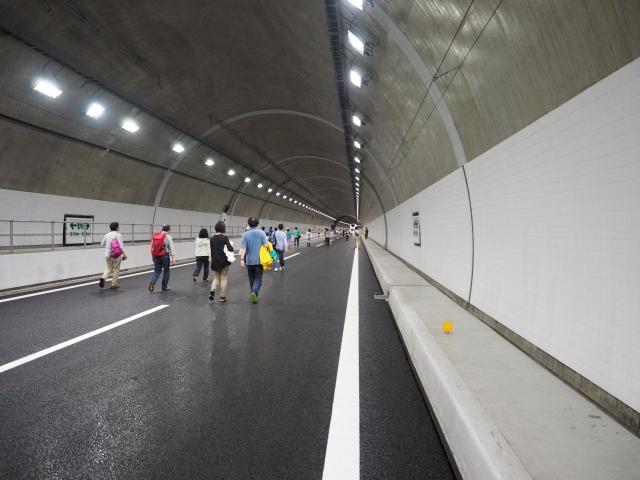 トンネルの白い部分は視認性向上のためのタイルです。一時期コスト削減でなくなっていましたが、最近のトンネルではまた採用例が増えてきました。