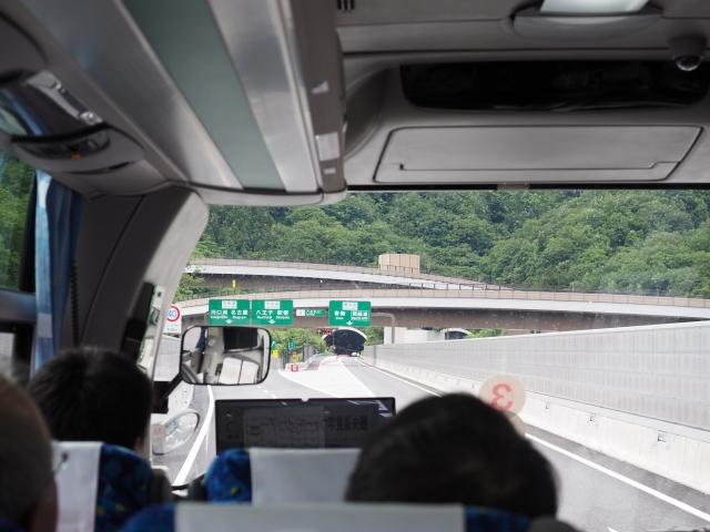 八王子JCTから中央道へ。圏央道本線は開通後も1車線のまんまらしいです。