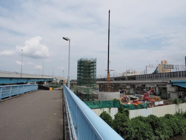 背中側。こちらも橋脚建設中。右側に京葉線が見えます。