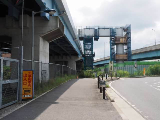 門型橋脚の片割れ。