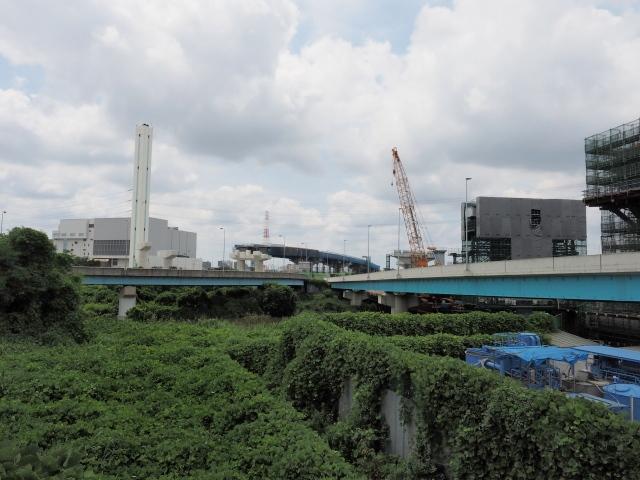 京葉道路方面。橋脚が多数建設中。