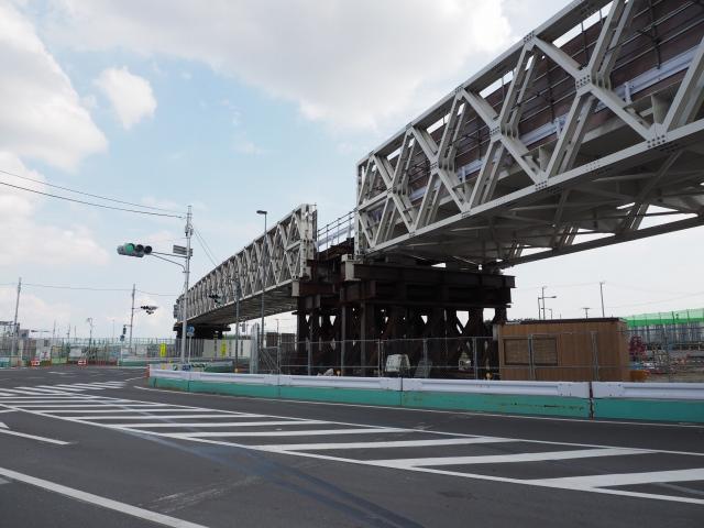 手前が市道。奥が新行徳橋方面。来るたんびに変わっていてよく分からんです。