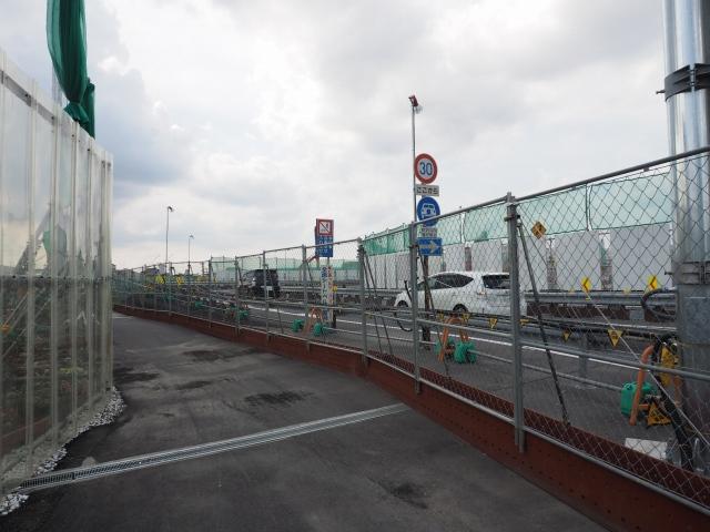 京葉道路本線を超える歩道の迂回路。ここの標識を見間違えて鬼高PA側に行きました。