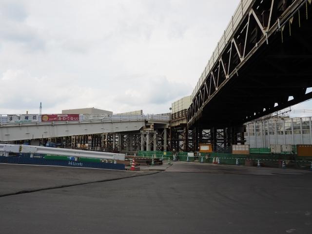 京葉道路脇付近。工事用道路が分岐しています。